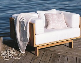 Skargaarden-falsterbo_armchair_teak_white_sunbrella_linen_photo_andreas_kock-compressed